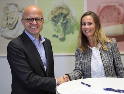 Klima- og miljøminister Vidar Helgesen og Markedsdirektør i Insula AS, Camilla Beck Sætre er enige om å arbeid for å reduserer matsvinn.