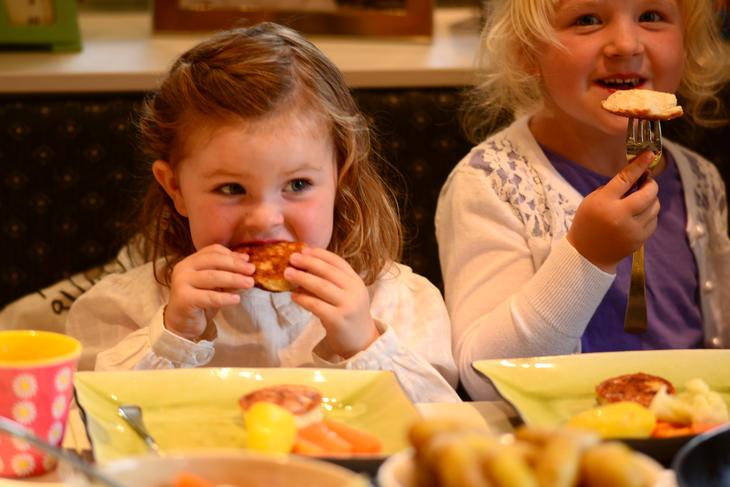 Barn som spiser fisk